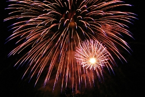 """""""Fireworks in San Jose California 2007 07 04 by Ian Kluft img 9618"""" by I, Ikluft. Licensed under CC BY-SA 3.0 via  Wikimedia Commons  -"""